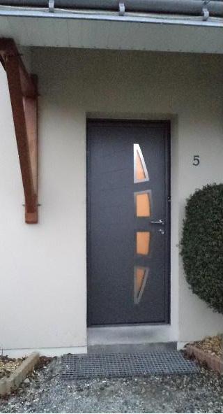 Pose porte d'entrée aluminium Angers Saumur Menuisier Loire Authion